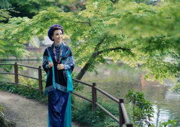 Hoa hậu Vũ Thúy Nga nền nã tà áo dài Việt trên đất khách
