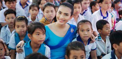 Trương Thị May ngẫu hứng hát tiếng Khmer khi tặng quà từ thiện tại Sóc Trăng