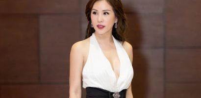 Hoa hậu Thu Hoài mặc xẻ sâu gợi cảm, được bạn trai hộ tống đi sự kiện
