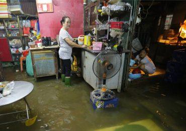 Triều cường lên đỉnh 1,62 m, người Sài Gòn lội nước trong nhà