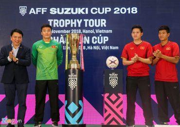 Đức Chinh, Bùi Tiến Dũng hồi hộp khi đứng cạnh cúp vàng AFF Cup