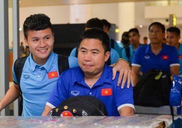 Quang Hải tươi cười khi trở về Việt Nam sau trận mở màn AFF Cup 2018