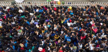 Cổ động viên chen lấn vì mua vé xem AFF Cup 2018