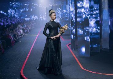 Trương Thị May làm vedette, mang hoa sen vàng 7kg lên sàn catwalk