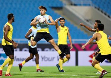 HLV Malaysia chạy hàng chục vòng trong buổi thử sân Mỹ Đình