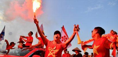 CĐV Hải Phòng đốt pháo sáng trước trận Việt Nam gặp Malaysia tạiAFF Cup 2018