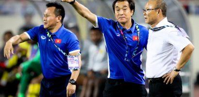 Trợ lý đẩy HLV Park Hang-seo về cabin vì sợ án phạt từ trọng tài