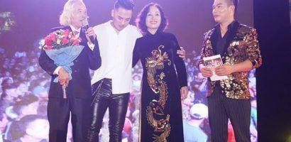 Châu Khải Phong cúi đầu xin lỗi gia đình trong đêm kỷ niệm 10 năm ca hát