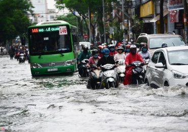 Sáng đầu tuần sau bão số 9, Sài Gòn ngập nước, kẹt xe khắp nơi