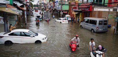 Không có cứu hộ, ôtô chết máy nằm la liệt trong biển nước ở Sài Gòn