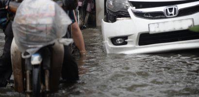 Ôtô bị thủy kích, chết máy la liệt trên đường phố Sài Gòn