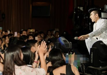 Khán giả vây kín thầy trò Đan Trường trong đêm nhạc tại Sài Gòn