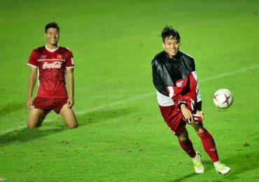 AFF Cup 2018: Quế Ngọc Hải cởi áo ăn mừng khi thắng Đức Chinh trong trò sút trúng xà
