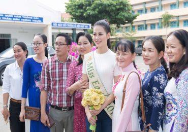 Hoa hậu Phương Khánh được học sinh vây kín khi về thăm trường cũ