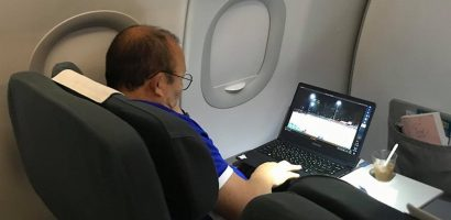 HLV Park Hang-seo lên máy bay vẫn nghiên cứu chiến thuật