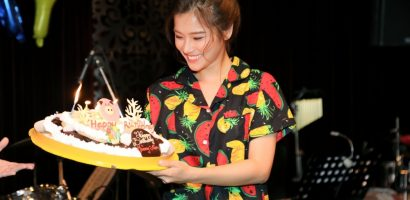 Hoàng Yến Chibi liên tục bật khóc vì xúc động trong buổi offline mừng sinh nhật