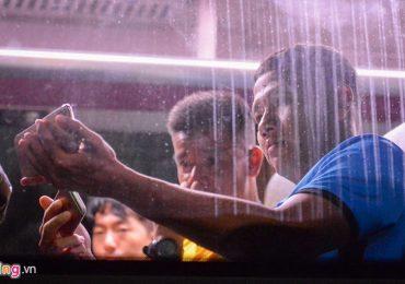 Thầy trò HLV Park Hang-seo xem trận Thái Lan và Malaysia ngay trên ôtô