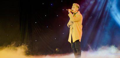 Ca sĩ gốc Việt V.O.X khiến khán giả miền Tây ngất ngây với hit 'Người thứ ba'