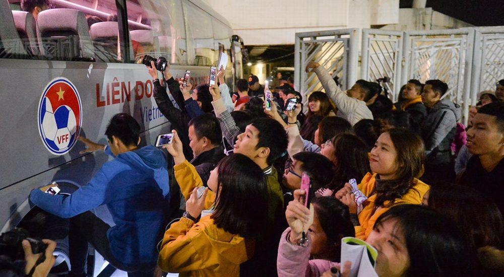 Người hâm mộ bám theo xe của đội tuyển Việt Nam