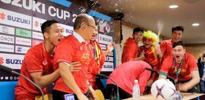 Học trò ăn mừng đổ nước lên người HLV Park Hang-seo