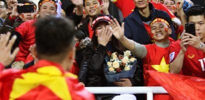 Mẹ Quang Hải vui sướng khi nhận bó hoa chiến thắng từ con trai