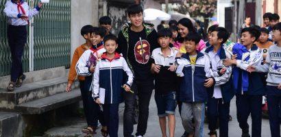 Trẻ em nơi quê nhà bám theo 'thần tượng' Đỗ Duy Mạnh sau AFF Cup 2018