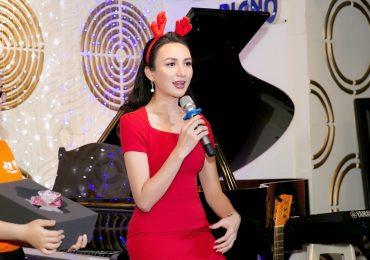 Ngọc Diễm làm 'bà già Noel' trong đêm nhạc giáng sinh