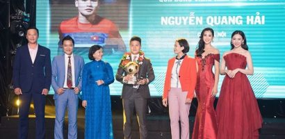 Hoa hậu Tiểu Vy trao giải 'Quả bóng vàng 2018' cho cầu thủ Quang Hải