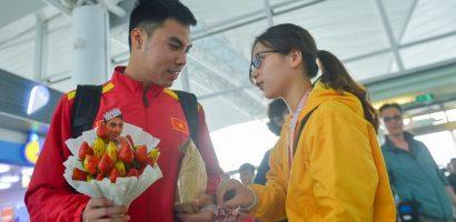 Đức Huy được fan nữ tặng bó hoa dâu tây trước khi sang Qatar