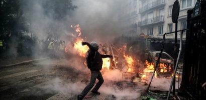 Sau bạo loạn ở Paris, Pháp nhượng bộ hoãn tăng thuế nhiên liệu