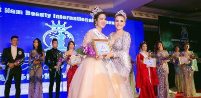 Kha Ly bất ngờ giới thiệu em gái vừa đăng quang Hoa hậu Áo dài Quốc tế 2018