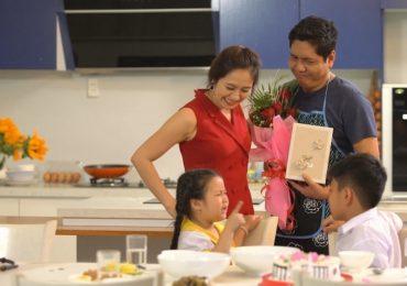 Gia đình lắm chiêu: Thanh Thúy dạy chồng cách cắm hoa tươi lâu