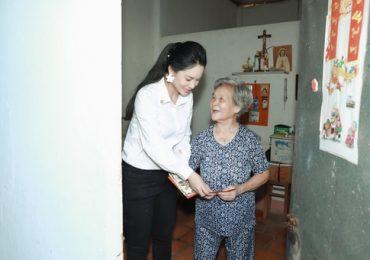 Á khôi Hoàng Yến tích cực đi từ thiện giúp người già neo đơn