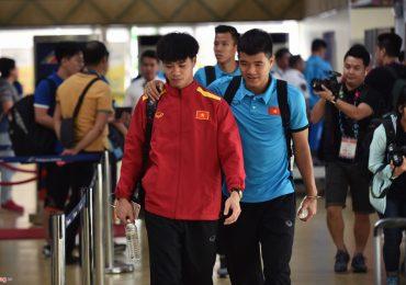 Tuyển thủ Việt Nam đội mưa rời sân bay Philippines về nước