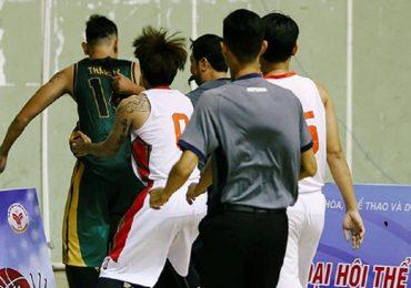 Hai cầu thủ bóng rổ đánh trọng tài bị cấm thi đấu 10 năm