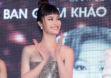 Đông Nhi diện váy cúp ngực, Hương Giang đeo trang sức tiền tỉ đi sự kiện