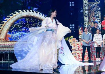 Hoa hậu Tiểu Vy 'nhập vai' đến nỗi rơi cả mic trên sân khấu Táo Xuân 2019