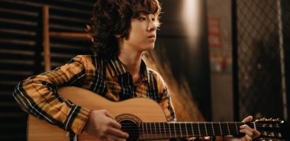 Cover hit của Mỹ Tâm, Gia Khiêm gây bất ngờ với khả năng hát tiếng Hàn và đàn guitar