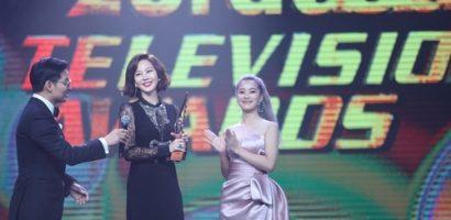 Hoàng Yến Chibi trao cup cho 'Nữ hoàng quảng cáo' Kim Nam Joo ở Malaysia