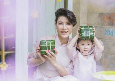 Trang Trần dạy con gái 3 tuổi gói bánh chưng ngày Tết