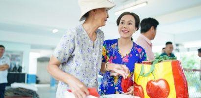 Việt Hương trao những cái ôm nồng ấm ngày cuối năm