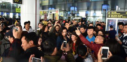 CĐV vây chặt Quang Hải trong ngày tuyển Việt Nam về nước