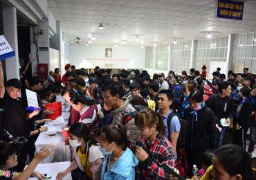 Hàng trăm người vui mừng đi vé tàu miễn phí về quê đón Tết