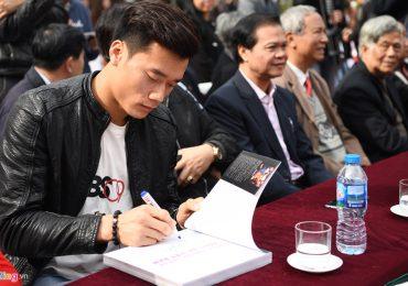 Thủ môn Bùi Tiến Dũng tham dự buổi ra mắt sách ảnh bóng đá Việt Nam