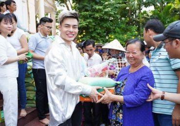 Thánh 'livestream' Bảo Lâm phát quà Tết cho bà con nghèo Đồng Tháp