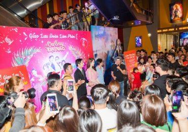 Ngọc Trinh 'đại náo' rạp phim, giao lưu hết mình với khán giả