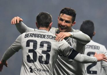 Ronaldo rút ngắn cách biệt với Messi trong cuộc đua Chiếc giày vàng
