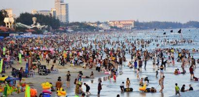 Người dân đổ xô đi Vũng Tàu tắm biển đầu năm, quốc lộ kẹt cứng