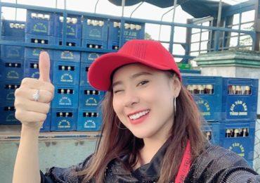 Vừa về quê đón Tết, Hồ Bích Trâm giản dị phụ gia đình bán nước giải khát
