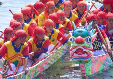 Dầm mình trong nước biển Lý Sơn xem hội đua thuyền tứ linh